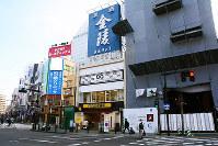 徳島県内の商業地で最高価格だった「徳島市一番町3−24」付近。ビルの建設工事が進む=数野智史撮影