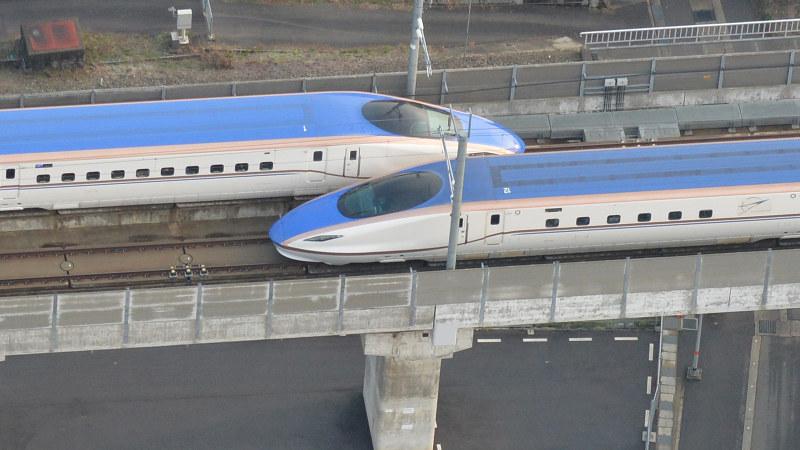 すれ違う上りと下りの北陸新幹線=富山市で2015年3月14日、加古信志撮影