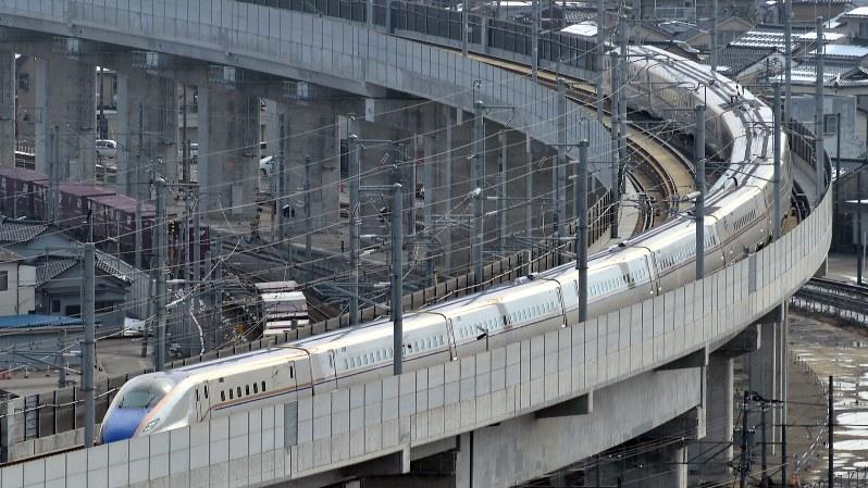 富山駅に到着する北陸新幹線=2015年3月14日、三浦博之撮影