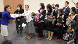 「保育園落ちた日本死ね!!!」ブログ賛同者の署名を受け取る民主党の山尾志桜里衆院議員(左端)=2016年3月9日、藤井太郎撮影