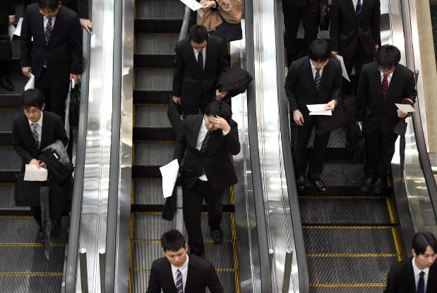 会社合同説明会に向かう学生たち=東京都江東区で2016年3月19日