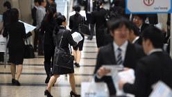 会社合同説明会に向かう学生たち=東京都江東区で2016年3月19日、竹内紀臣撮影