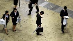 合同会社説明会で携帯を手に一人立ち止まる男子学生(中央)=東京都江東区で2016年3月19日、竹内紀臣撮影