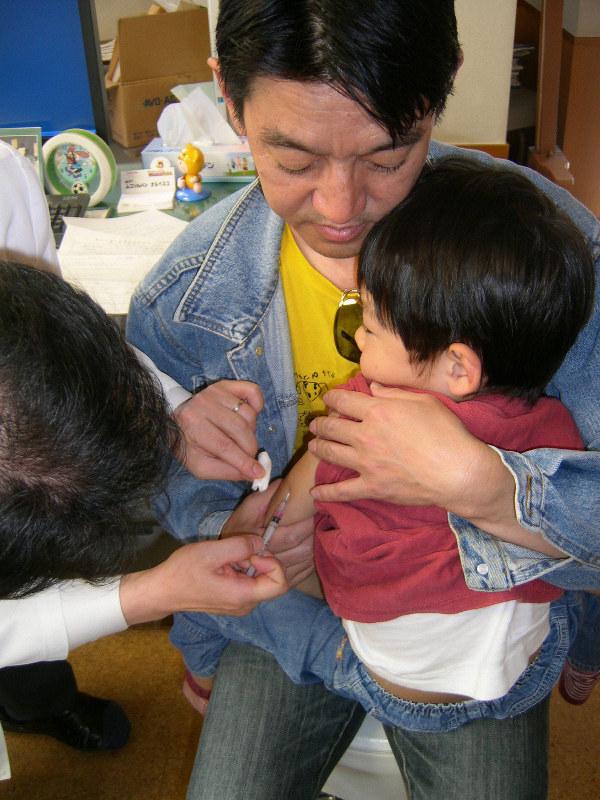 MRワクチンの予防接種を受ける子ども=東京都杉並区で2009年4月11日、大和田香織撮影