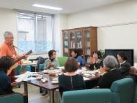 阿部さん(右端)が作った緩和デイケアの「ライフトピアサロン」では、談笑の合間にギターの伴奏で歌う時間も=名古屋市東区で