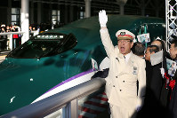 Shin-Hakodate-Hokuto Stationmaster Tadashi Narumi sees off the departure of the bullet train