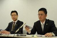 男性が録音した内容を公開する代理人の竹中宏一弁護士(右)と曽根英雄弁護士=大阪市内で25日午後3時5分、三上健太郎撮影
