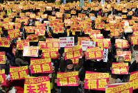 プラカードを掲げ脱原発を訴える「原発のない未来へ!3.26全国大集会」の参加者たち=東京都渋谷区で2016年3月26日午後2時32分、梅村直承撮影