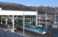 新函館北斗駅を出発する上り一番列車の北海道新幹線=北海道北斗市で26日午前6時35分、竹内幹撮影
