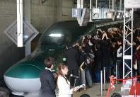多くの人々に迎えられて入線した仙台発の下り一番列車「はやぶさ95号」=いずれも仙台市青葉区のJR仙台駅で