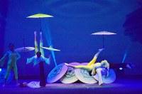 傘を使った雑伎を披露する上海雑伎団のメンバー=上海で2016年3月17日、林哲平撮影