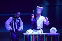 上海雑伎団の舞台では何枚もの皿を棒を使って回し続ける演目も。生活感のある小物を使うのも特徴の一つ=上海で2016年3月17日、林哲平撮影