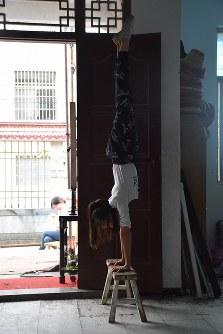 民家に作られた練習場で雑伎に取り組む「上海の夢」雑伎団の団員=上海市で2016年3月21日、林哲平撮影