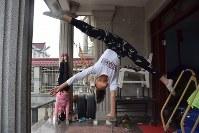 民家に作られた練習場で雑伎に取り組む民間雑伎団「上海の夢」の団員たち=上海市で2016年3月21日、林哲平撮影
