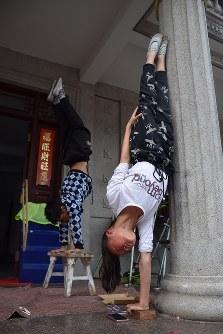 民家に作られた練習場で雑伎に取り組む「上海の夢」雑伎団の団員たち=上海市で2016年3月21日、林哲平撮影