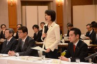 Environment Minister Tamayo Marukawa speaks at the beginning of a meeting on interim storage facilities in the city of Fukushima, on March 27, 2016. (Mainichi)