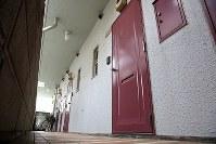 少女が寺内樺風容疑者に監禁されていた部屋の玄関(手前)=東京都中野区で2016年3月28日午前7時48分、梅村直承撮影