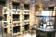 高級ワインの量り売りやチーズなどを楽しめるバル「徳岡」=2016年3月28日、村田由紀子撮影