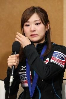 記者会見で涙を流し銀メダルの悔しさを語る吉田知那美=成田空港で2016年3月29日午後、梅村直承撮影
