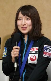記者会見で笑顔を見せる鈴木夕湖=成田空港で2016年3月29日午後、梅村直承撮影