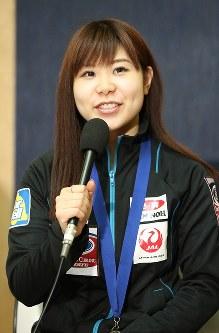 記者会見で笑顔を見せる吉田夕梨花=成田空港で2016年3月29日午後、梅村直承撮影
