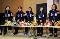 記者会見で笑顔を見せるカーリング女子日本代表の(左から)藤沢五月、吉田知那美、鈴木夕湖、吉田夕梨花、本橋麻里=成田空港で2016年3月29日午後5時32分、梅村直承撮影