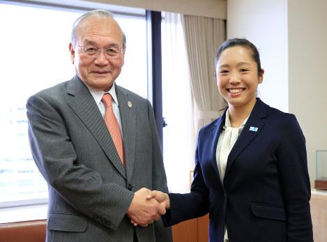 鳥原光憲会長(左)と高桑早生選手=梅村直承撮影
