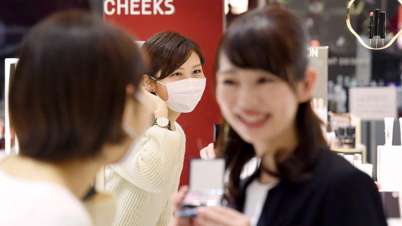 客が相談すると、マスクに合うメークや化粧品の提案をしてくれる=資生堂店舗で2016年3月1日、竹内紀臣撮影