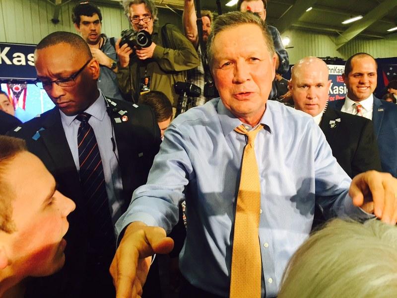 地元オハイオ州予備選で勝利し、支持者に握手して回るジョン・ケーシック氏=2016年3月15日、清水憲司撮影