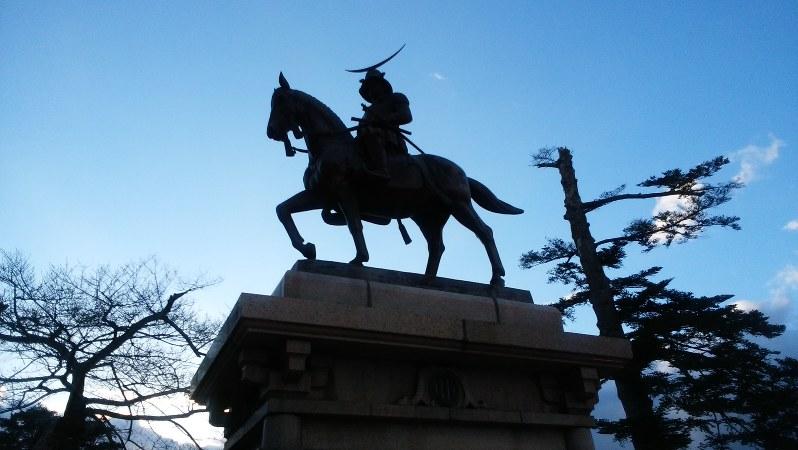 仙台市・青葉城跡にある「伊達政宗公騎馬像」=2016年3月20日、今沢真撮影