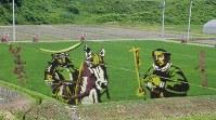 「馬上の伊達政宗」と「十字架を持つ支倉常長」の田んぼアート=山形県米沢市で2014年7月3日、佐藤良一撮影