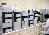 香りの成分を特定するための実験風景=県畜産試験場提供