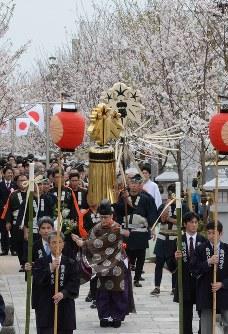 鶴岡八幡宮の参道「段葛」の通り初め。桜も若く美しく=神奈川県鎌倉市で2016年3月30日、因幡健悦撮影