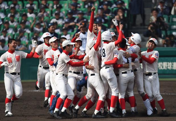 選抜高校野球:智弁学園サヨナラで初V エース全試合完投 - 毎日新聞