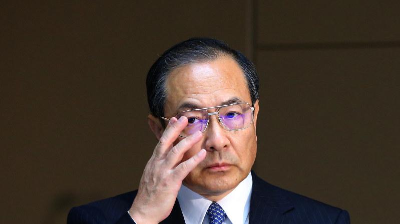 記者会見で眼鏡を直す東芝の室町正志社長=2015年8月、長谷川直亮撮影