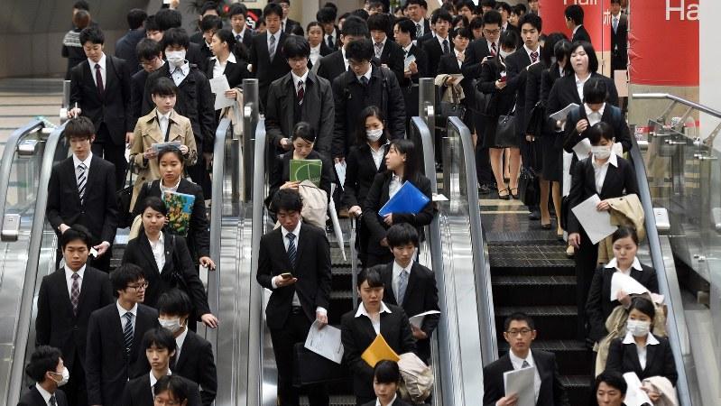 マイナビ合同会社説明会に向かう学生たち=東京都江東区で2016年3月19日、竹内紀臣撮影