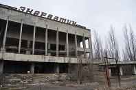 1986年に事故が起きたチェルノブイリ原発に隣接する人工都市プリピャチにある、文化施設の廃虚。約5万人が暮らす豊かな「原発城下町」は事故後、ゴーストタウンになった=プリピャチ(ウクライナ北部)で2016年2月10日、真野森作撮影