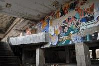 1986年に事故が起きたチェルノブイリ原発に隣接する人工都市プリピャチにある、文化施設の廃虚。色鮮やかな壁画も朽ち始めている。約5万人が暮らす豊かな「原発城下町」は事故後、ゴーストタウンになった=プリピャチ(ウクライナ北部)で2016年2月10日、真野森作撮影