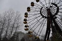 1986年に事故が起きたチェルノブイリ原発に隣接する人工都市プリピャチ。新規開園予定だった遊園地の観覧車は赤さびだらけになっている。約5万人が暮らす豊かな「原発城下町」は事故後、ゴーストタウンになった=プリピャチ(ウクライナ北部)で2016年2月10日、真野森作撮影