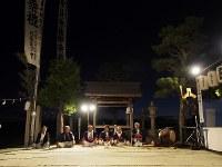 新しいムシロが敷き詰められた北島集会所の表庭。午後7時より太鼓、鼓、横笛の囃子(はやし)に合わせて獅子舞が始まる=松本成さん撮影