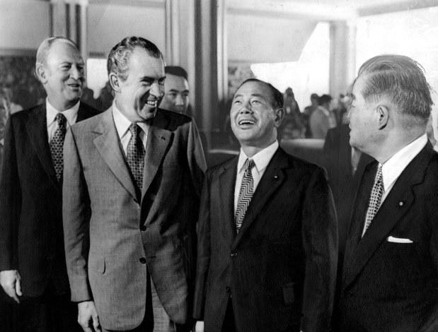 会談のためホテルに入る田中角栄首相(中央)とニクソン大統領(左)。右は大平正芳外相(肩書きはいずれも当時)=1972年8月31日撮影