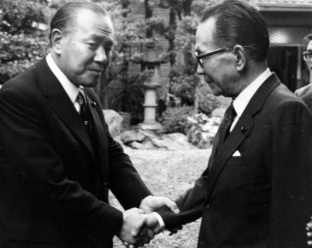 自民党総裁に選出された後、田中角栄首相(当時)を訪れて握手を交わす三木武夫氏=1974年12月4日撮影