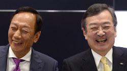 笑顔で記者会見に臨む鴻海精密工業の郭台銘会長(左)と、シャープの高橋興三社長=堺市で4月2日、久保玲撮影