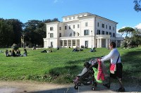 ムソリーニの元邸宅「貴族の館」の裏庭で憩う市民ら