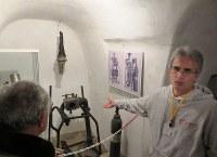 防空壕内に展示されている換気装置と酸素ボンベ