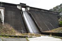 小水力発電所が設けられた鮎屋川ダム、登口修撮影