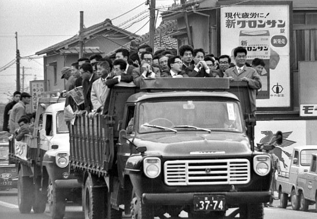 関西50年前:【1966年4月26日】トラックの荷台にすし詰めで ...