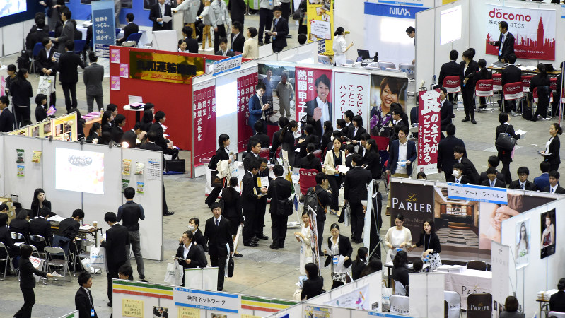 学生たちで混雑するマイナビ合同会社説明会の会場=東京都江東区で2016年3月19日、竹内紀臣撮影