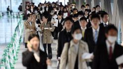 マイナビ会社合同説明会に向かう学生たち=東京都江東区で2016年3月19日、竹内紀臣撮影