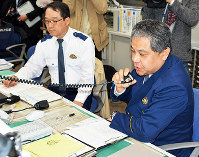 暴力団の対立抗争事件を想定した訓練で緊急配備をかける警察官=高松市の高松北署で、岩崎邦宏撮影
